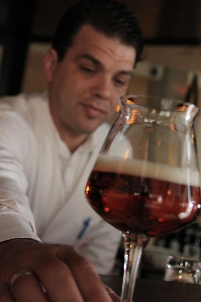 Barchef und Biersommelier Tibor Kantor. Und im Vordergrund: Bier. (Foto: NAK)
