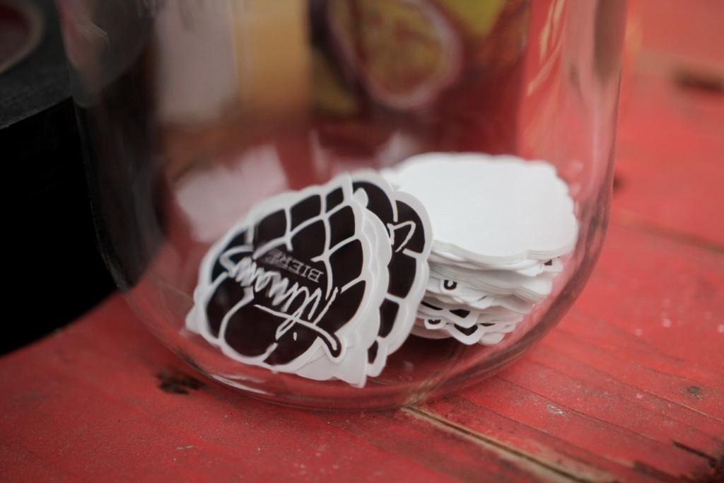 Und falls das Bier überzeugt. Sticker gibt's auch! (Foto: StP)